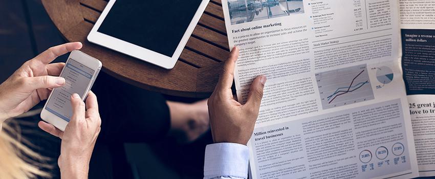 gazete okuyan insan
